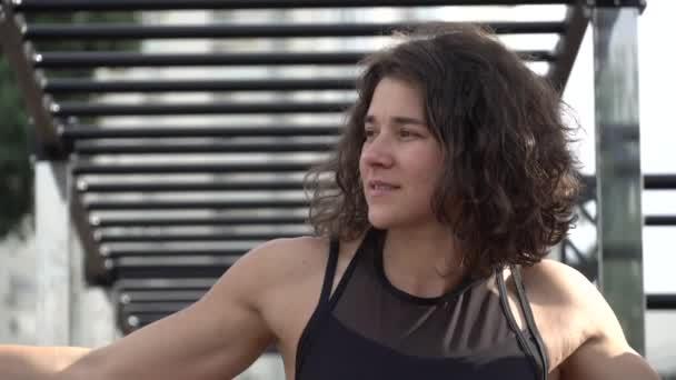Portrét běloška sportovkyně ve sportovním oblečení proti street sports tělocvična pro venkovní. Atletický trénink. zdravý životní styl ve městě. Portrét sebevědomé ženy v tělocvičně. Přestávka po tréninku