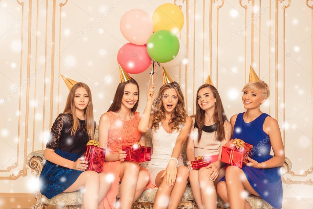 399ecaa76 Chicas lindas con globos celebración cumpleaños presenta sentado en el sofá  - feliz cumpleaños con modelos mujeres — Foto de ...