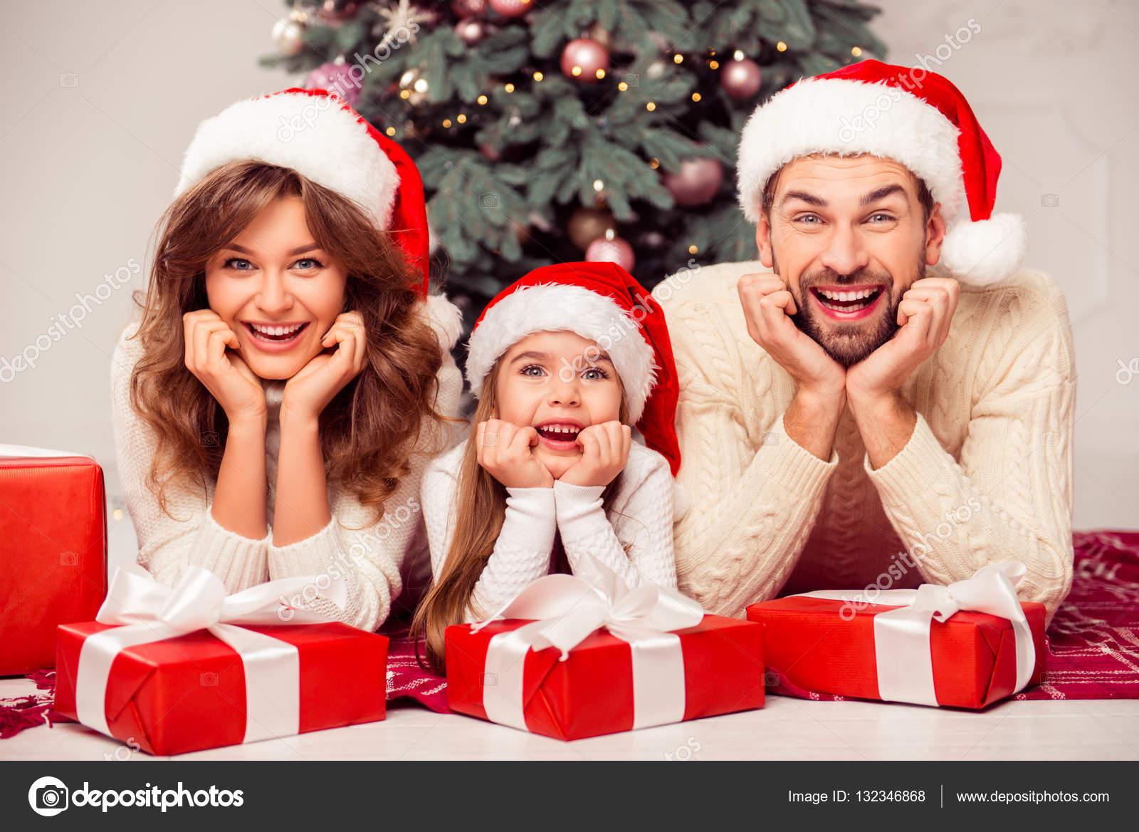 Porträt der fröhliche glückliche Familie von drei Personen mit ...