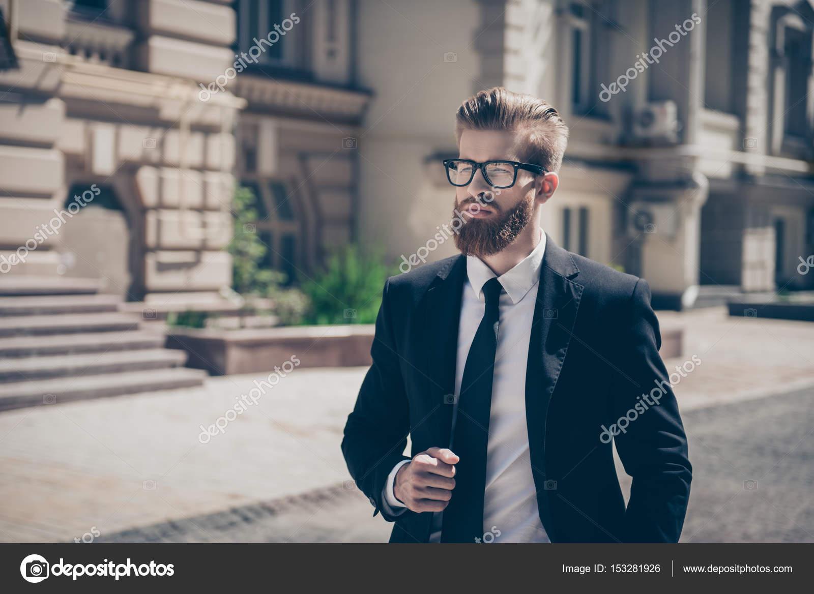 ded73e0b1 Concepto de éxito. Con estilo áspero barbudo hombre en un traje y gafas.  ¡Tan elegante y sorprendente! Al aire libre en un día soleado — Foto de ...