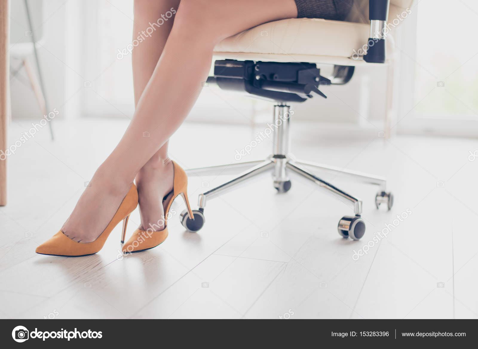 nogi-v-kolgotkah-foto-biznes-ledi