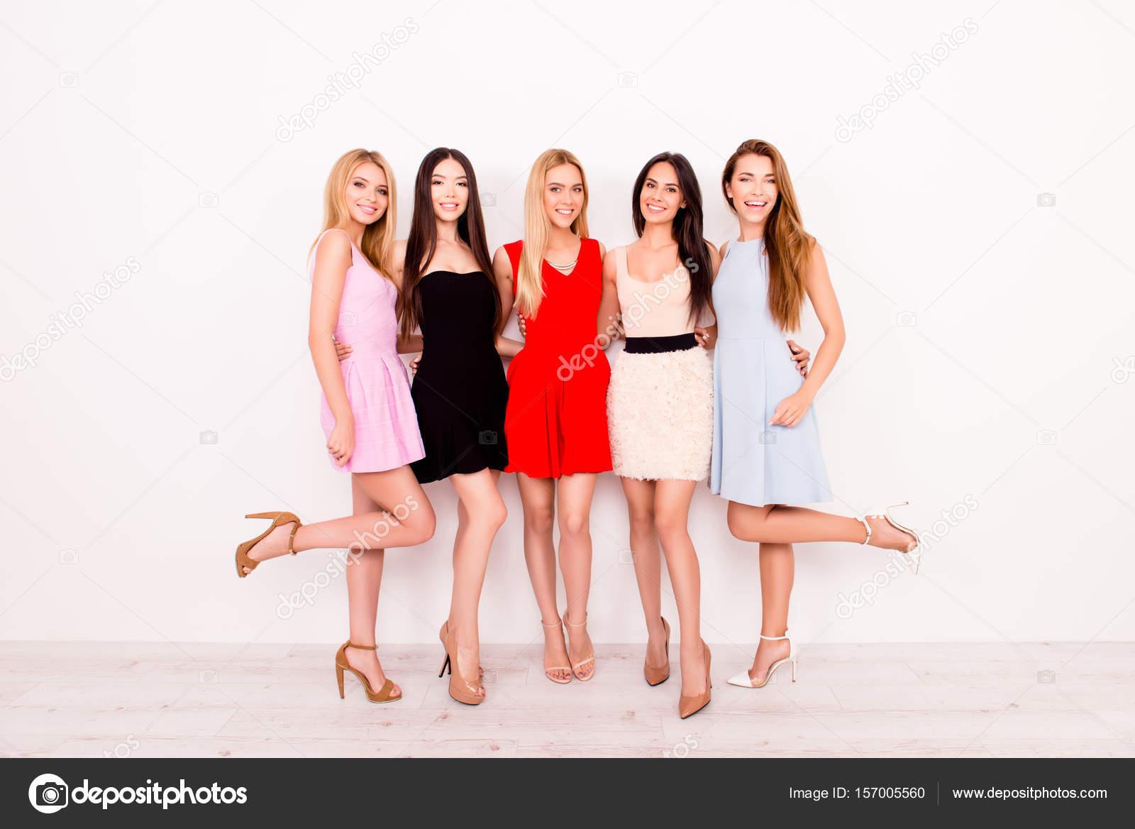 fbeddf007 Longitud total de novias emocionadas en coloridos vestidos de Cóctel cortos  son listos para la fiesta de celebración de cumpleaños