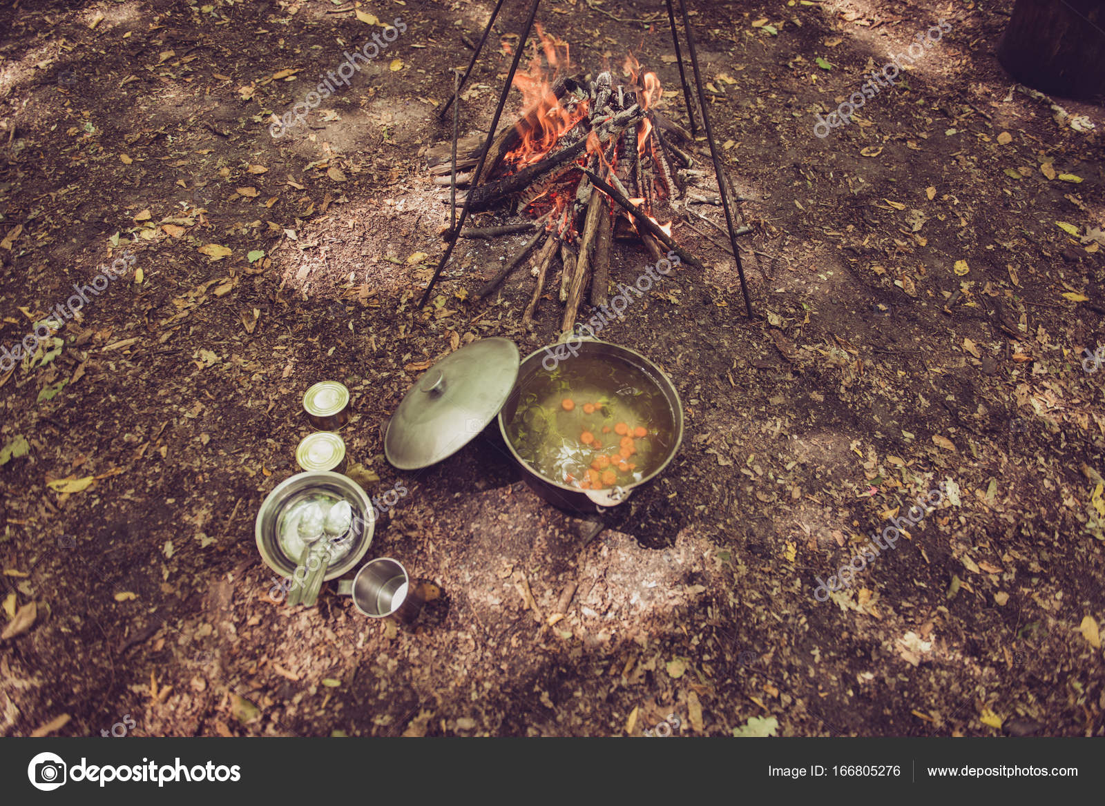 Essenszeit. Erhöhte Ansicht eine Suppe in einem Kessel, in der Nähe ...