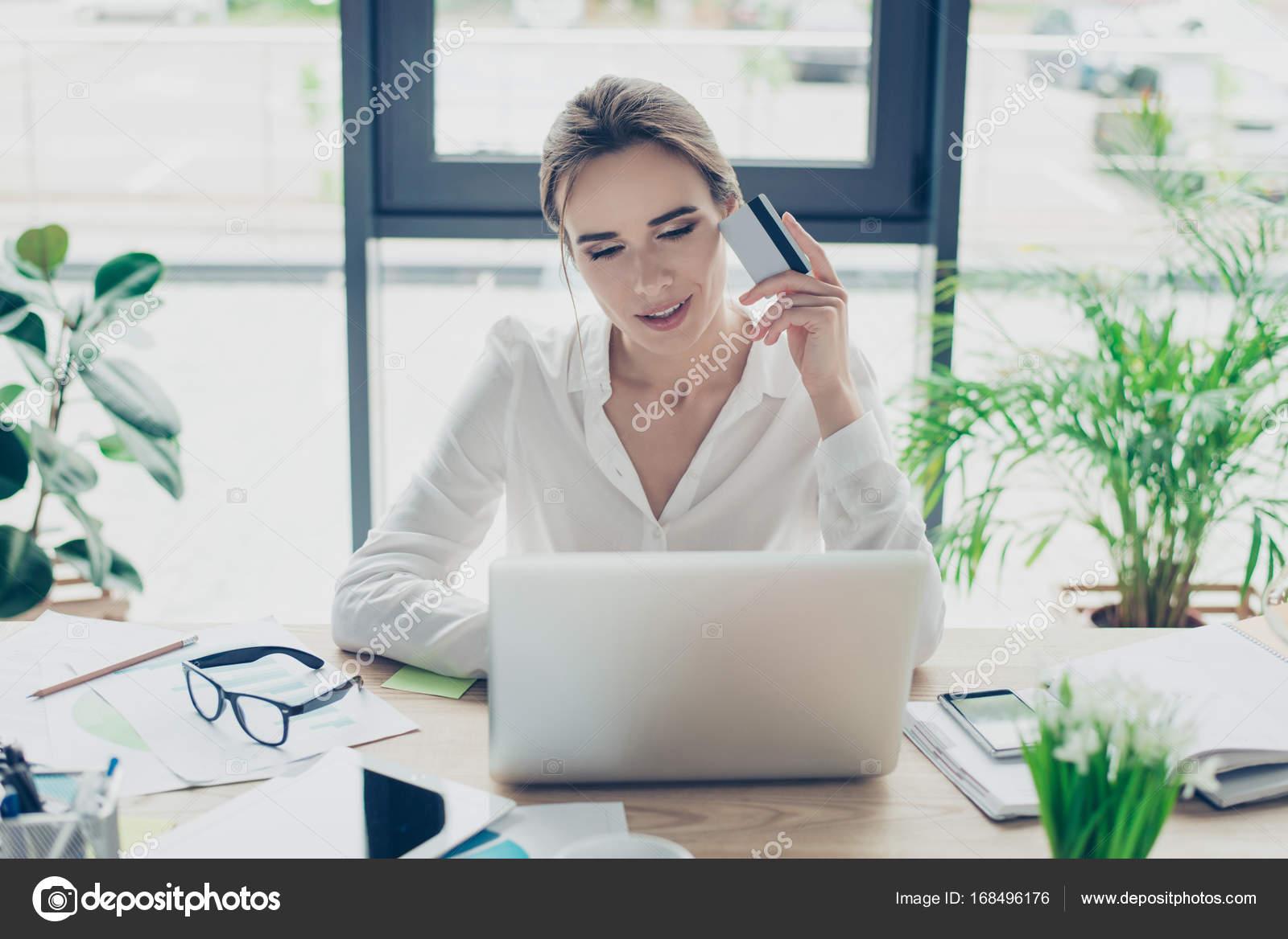 biznes-ledi-rasslablyaetsya-kino-pro-seksualnih-styuardess-na-russkom-yazike