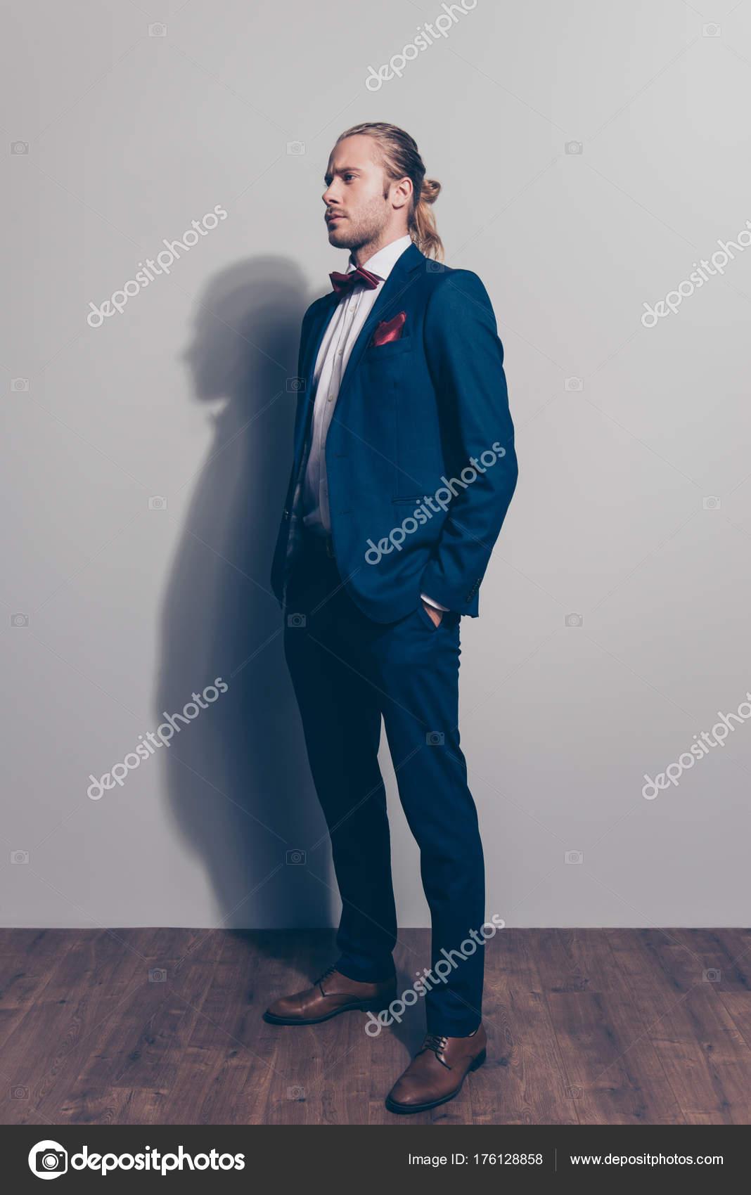 Retrato de longitud completa de media vuelta de hombre elegante en traje  azul ingenio — Fotos b66db3c0de6