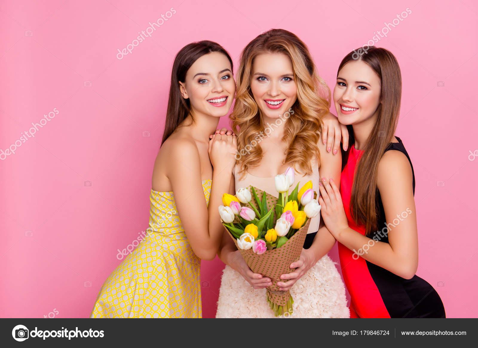 Tres feliz encantadora, lindas a chicas en vestidos elegantes con ...
