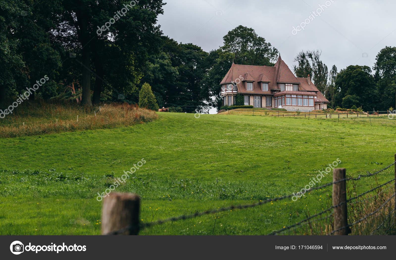 Casa di campagna con giardino e prato della regione della for Casa francese di abiti e profumi