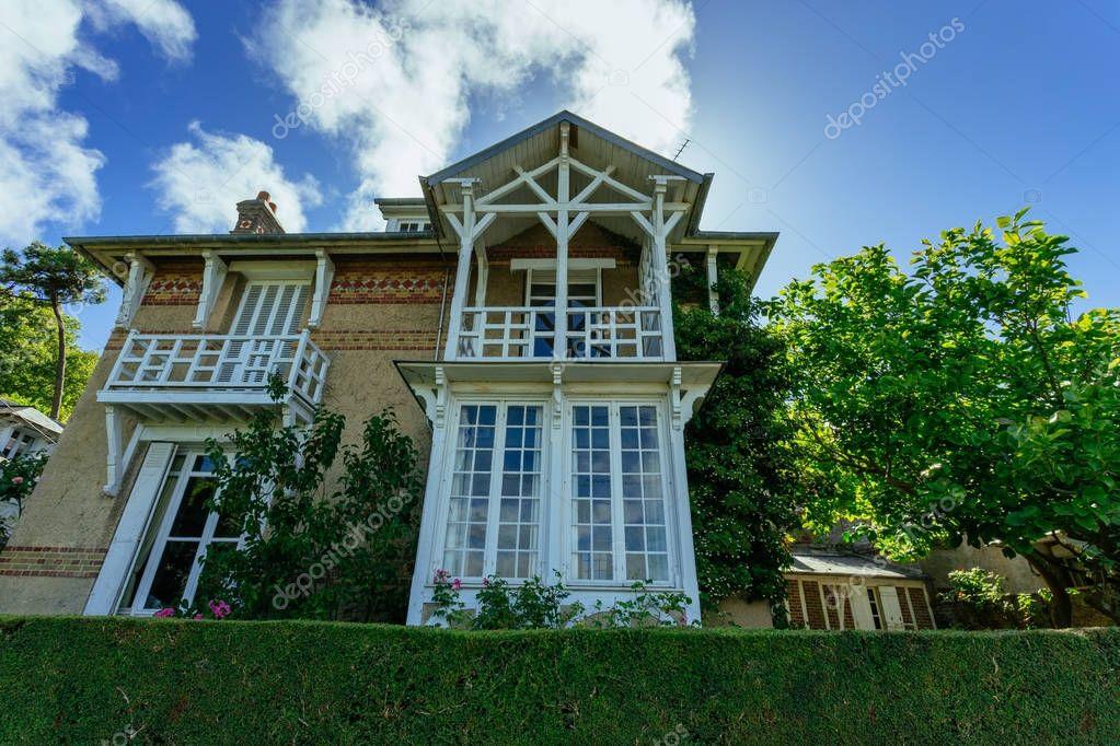 Casa di campagna con recinto verde regione della normandia for Casa francese di abiti e profumi