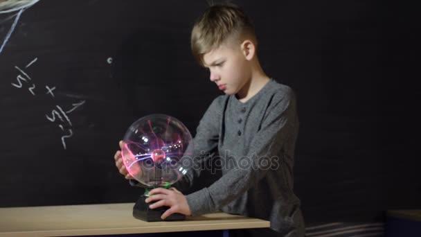 Junge spielt mit einem Tesla-Generator