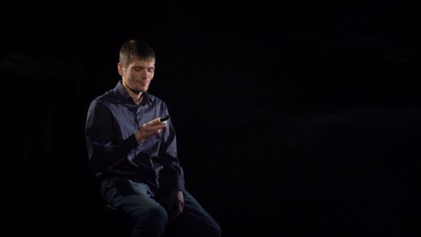 A férfi dohányzik egy elektronikus cigaretta