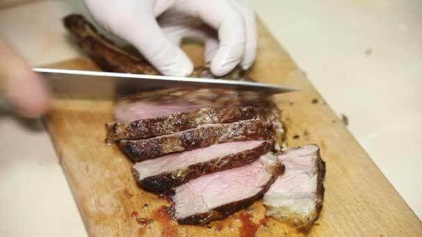 Kuchař reguluje pečené maso