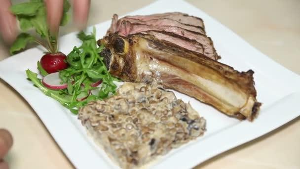 Kuchař vaří jídlo Smažené maso