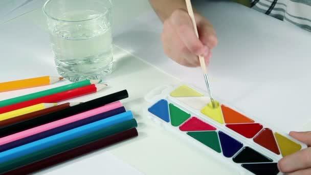 Malý chlapec kreslí barvy