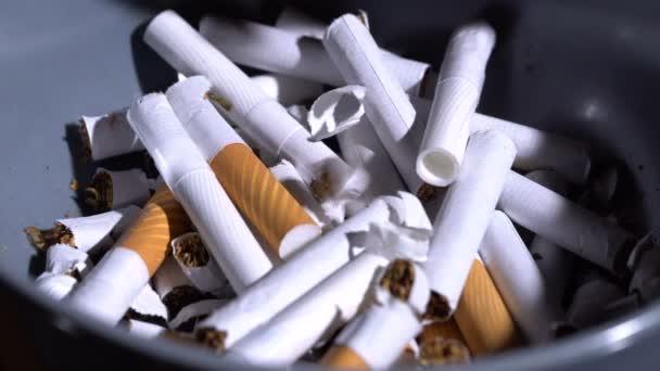 Dobd a cigarettát egy tányérba.