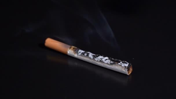 auf schwarzem Hintergrund eine Zigarette angezündet