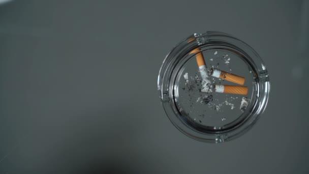 Eloltani a cigaretta egy hamutartó
