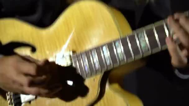 Hudebník hraje na kytaru