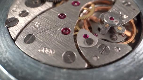 Uvnitř fungujících mechanických hodinek