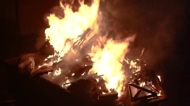 Popelnice hoří v noci