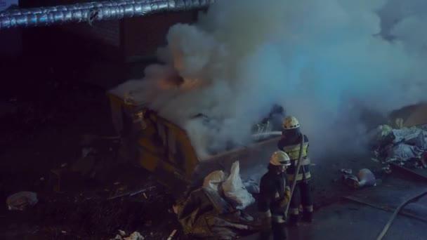 DNIPRO, UKRAINE - 22. března2020. Záchranná služba uhasí požár.
