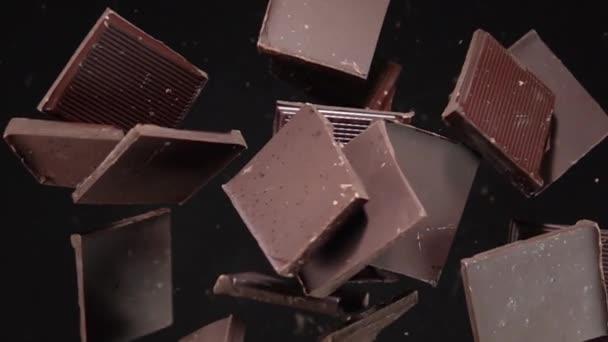 Výbuch čokoládových kousků. Pomalý pohyb 500fps
