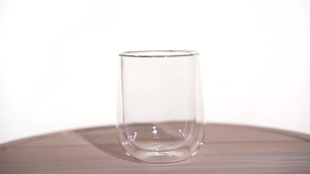 Nalijte čajové lístky do skleněného hrnku