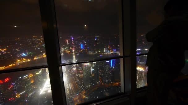 Letecký pohled člověka Šanghaj noční scéna-z mrakodrapů windows