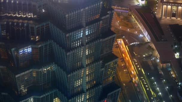 Letecký pohled na výškových budovách  městské dopravy v noci, čas zanikla