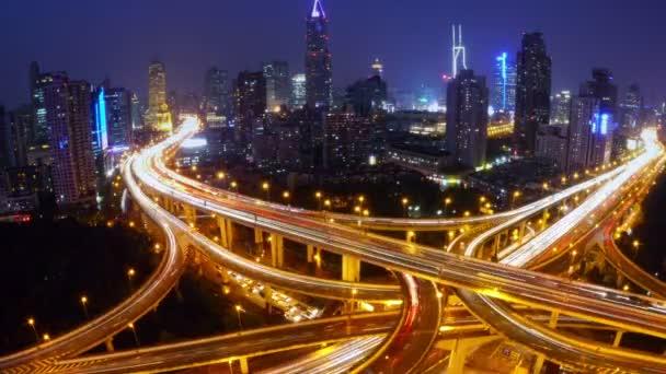 4k-Zeitraffer beschäftigt Stadtverkehr mit Streifenlichtern Spur in der Nacht, Shanghai.