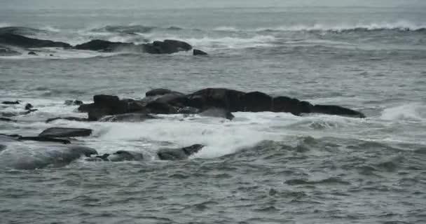 4k csillogó óceán tenger víz hullámok felszíni  parti szikla tengerpart túlfeszültség shore.