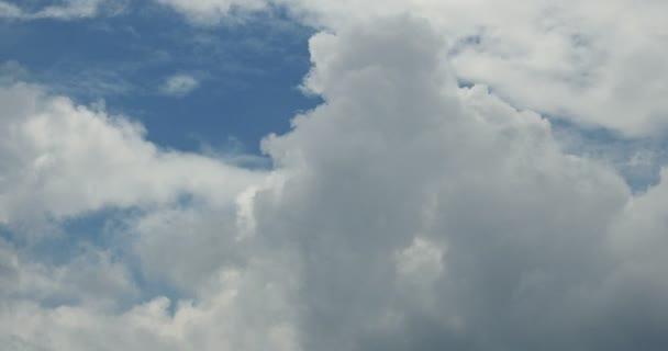4 k タイムラプス曇り空を飛んで...