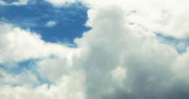 4 k timelapse bílá oblaka kouře, létání v modré obloze.