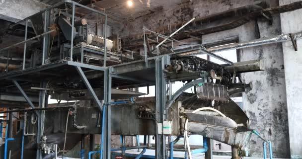 d39ea1e1bd23 4 k grosse machine dans la fabrique de soie, sous le choc à l ...