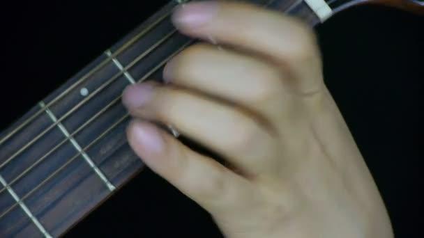 ember gitározni, veri a zongorát.