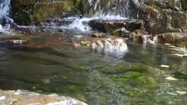 tok řeky na horské údolí