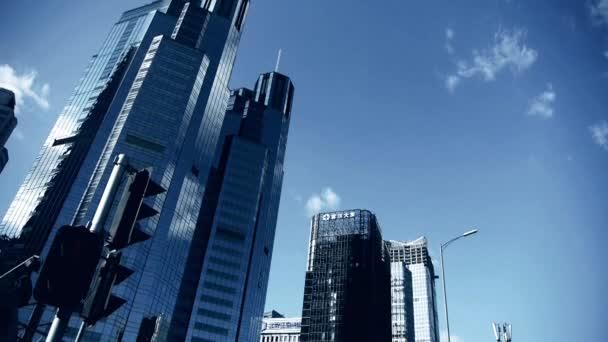 Čína-Sep 22, 2016:skyscraper mraky, vysoký úřad budov čtvrti, semafor.