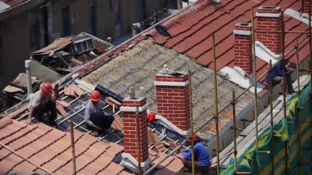 22.8.2017: Bauarbeiter repariert Dach unter brennender Sonne.