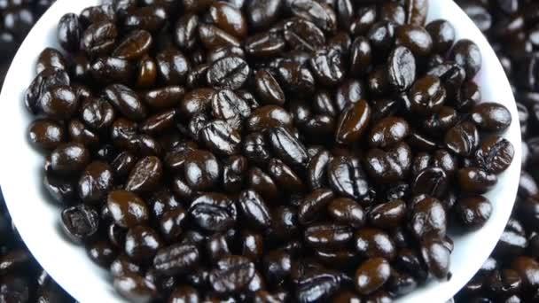 kávové zrna v bílém talířek zavřít nahoru, pohled shora
