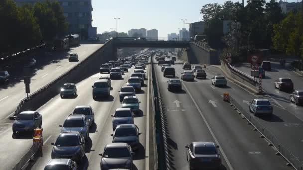 22.08.2017: Verkehr auf Überführung, Stau im Zeitraffer.