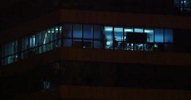 Edificio multipiano con cambiare finestra illuminazione notturna