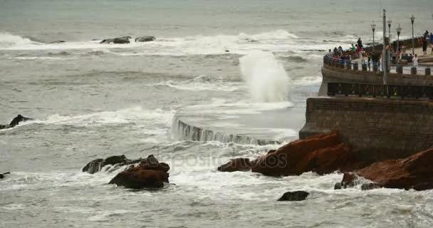 4 k vlny prané dam, lidé na shore.ocean mořské vody  pobřežní skály přepětí pobřeží