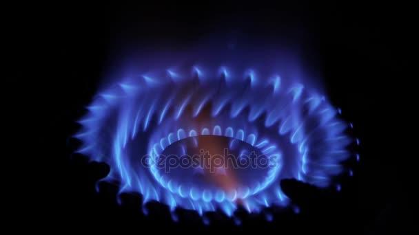 Zánět zemního plynu v hořáku, zblízka pohled na tmavém pozadí.