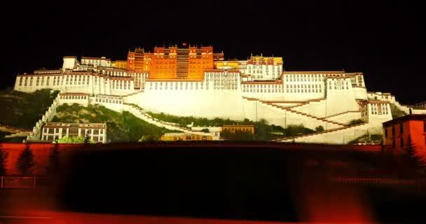 4k zaneprázdněn provoz v přední části Potala v noci ve Lhase, Tibet