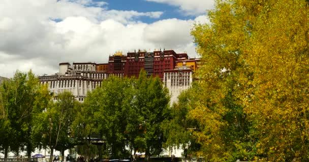 4 k Potala odraz na jezeře v Lhase park,Tibet.lake strom na podzim