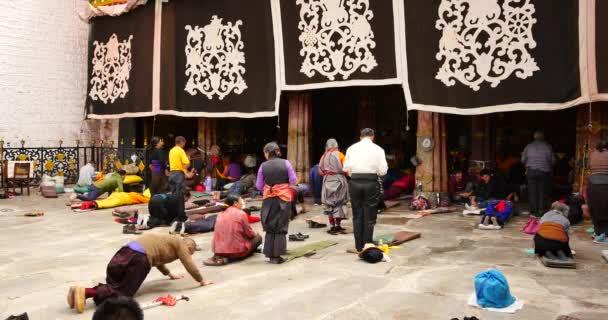 Čína září 2, 2016:4 k Pilgrams modlí před Jokhang ve Lhase, Tibet