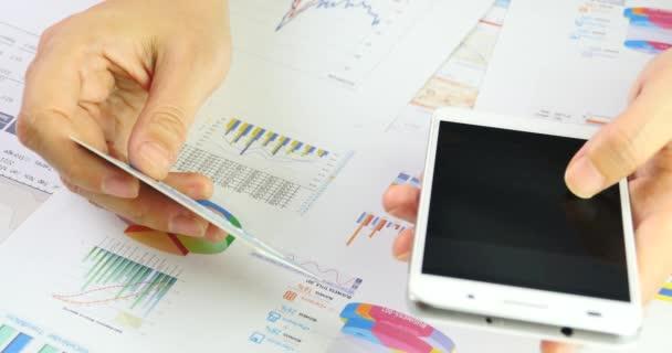 4 k üzletemberek bemeneti hiteletek kártya szám-a smartphone, tábla kördiagramok.