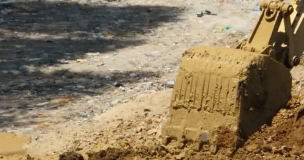 4 k detailním bagr pracuje  sklápěč na staveništi, Čína.