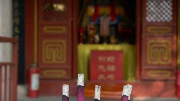 taoistické sochy Buddhy v dveře, hořící kadidlo v kadidlo, vítr kouře