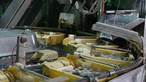 e3e9d6183d46 Cocon de ver à soie à la fabrique de soie. Travailleurs sous le choc à  l atelier– séquence vidéo