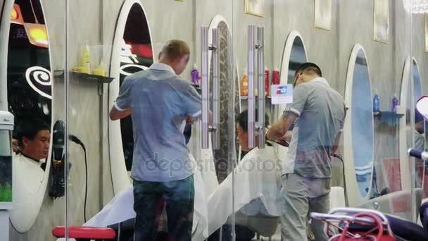 Čína-Aug 08, 2016:Barber muž v kadeřnický salón
